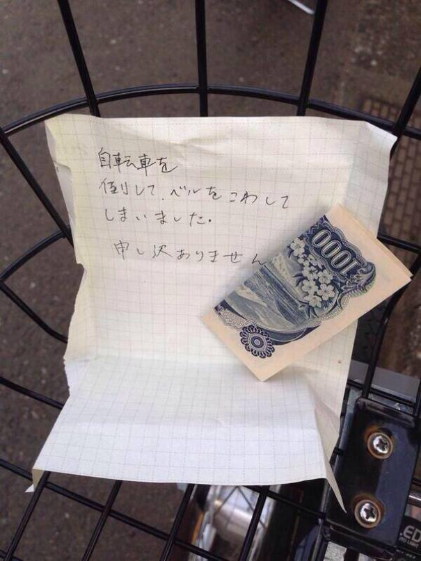 """The Note In Japanese Says, """"I Accidentally Knocked Over Your Bike And Broke The Bell. I Am Very Sorry"""""""