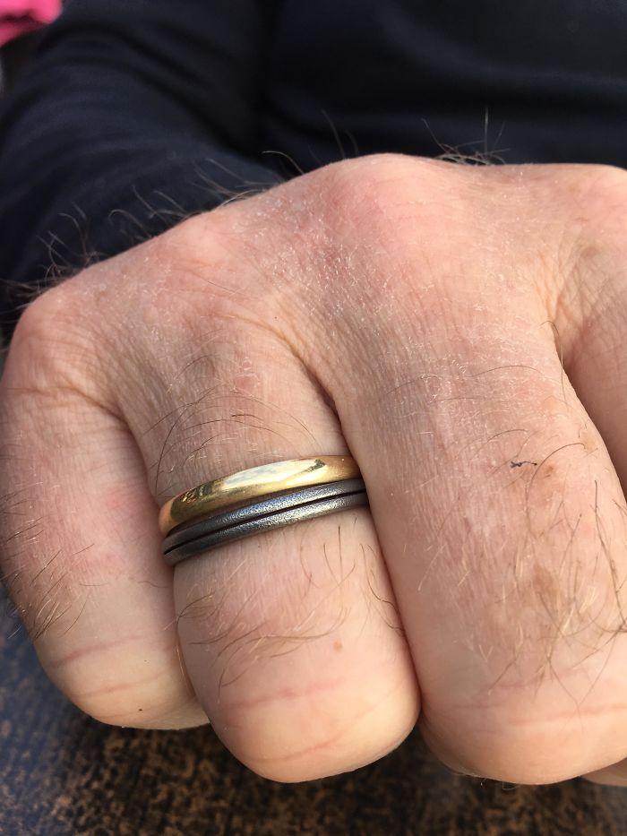 Cuando tenía 5 años le di a mi padre un 'anillo' hecho de un anillo de llavero. 22 años después, y todavía lo usa