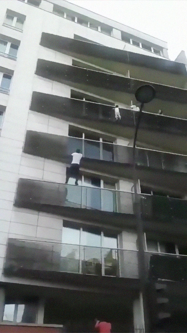 man-rescue-boy-mamoudou-gassama-paris-3-5b0bb0822021f__605 African Immigrant Climbs 4 Storeys With His Bare Hands In Less Than 30 Secs To Save 4-Year-Old Dangling From Balcony Design Random