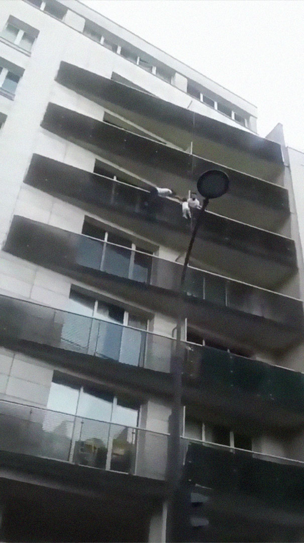 man-rescue-boy-mamoudou-gassama-paris-6-5b0bb0884480e__605 African Immigrant Climbs 4 Storeys With His Bare Hands In Less Than 30 Secs To Save 4-Year-Old Dangling From Balcony Design Random