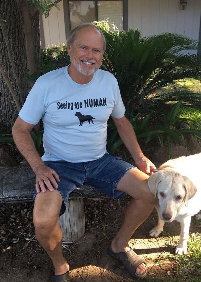 El perro de mi papá Rio tiene 14 años y recientemente fue ciego. Él patea su pierna cuando él camina y ella lo sigue donde quiera que vaya. Mamá le consiguió la camisa perfecta