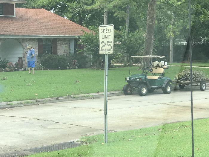 """Después de las malas tormentas, este anciano retirado recorre nuestro vecindario y limpia los escombros de los astilleros y las cuencas de captura. Cuando le pregunté por qué dijo """"porque estoy jubilado y tengo tiempo para ayudar"""". 10/10 Great Dude"""