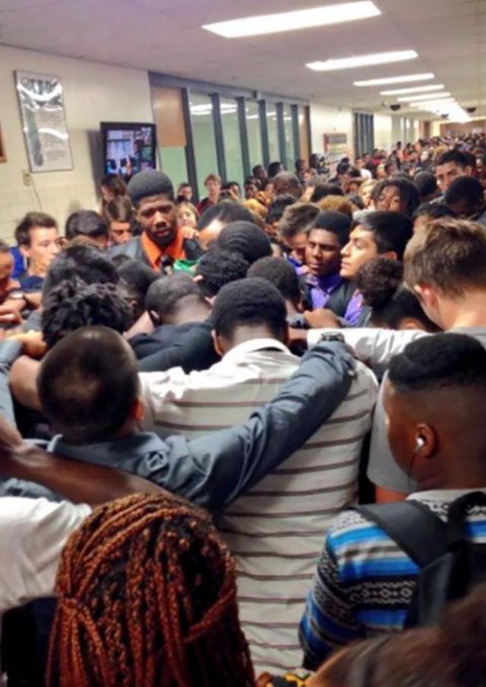 Los salones de una escuela secundaria En Texas lleno de estudiantes que apoyan a su compañero de clase después de que su madre perdió su batalla contra el cáncer