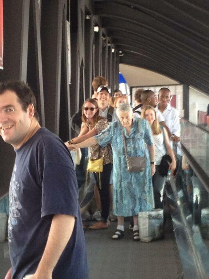 Mi amigo estaba en El aeropuerto y esta vieja mujer francesa