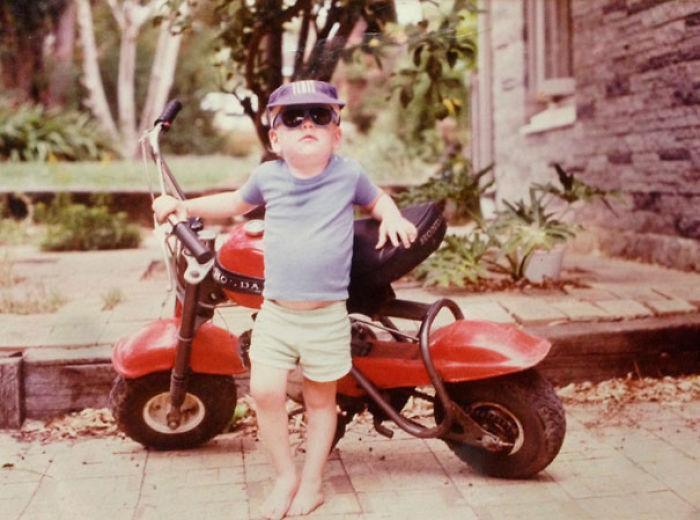 Esta noche mis padres me mostraron una foto de mí, 3 años, 1985