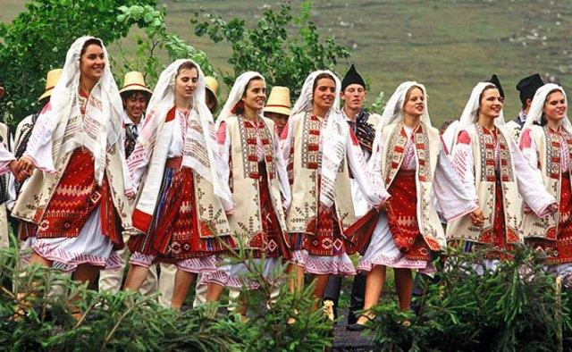 dior-copy-traditional-romanian-design-clothes-21