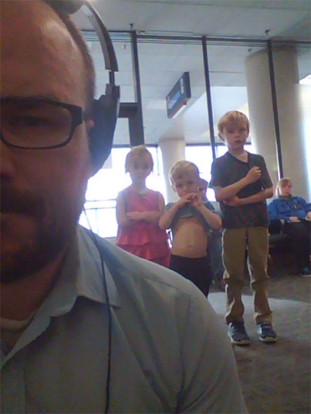 Estaba viendo Los Vengadores en el aeropuerto con el portátil... esto ocurría atras de mi