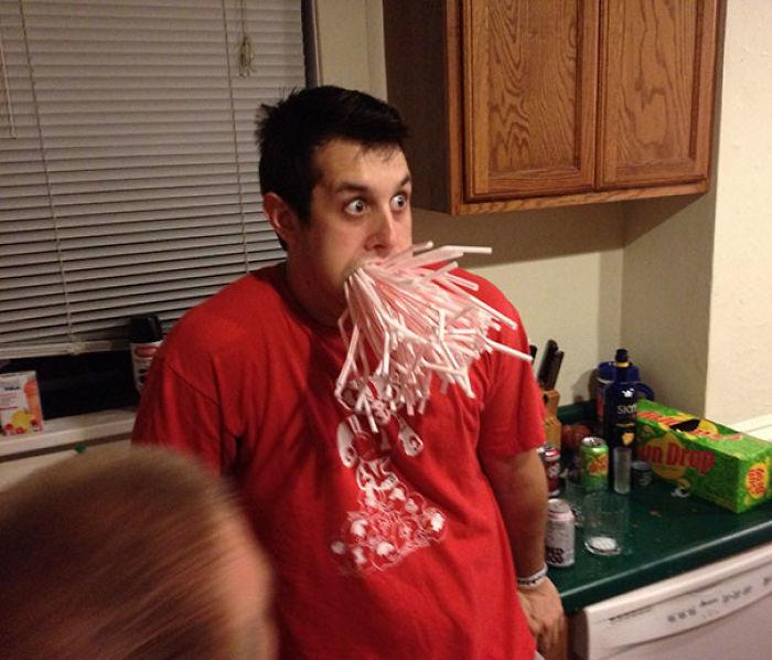Así que mi amigo se emborrachó y me apuesto a que podría caber una caja entera de pajitas en su boca. No Decepcioné