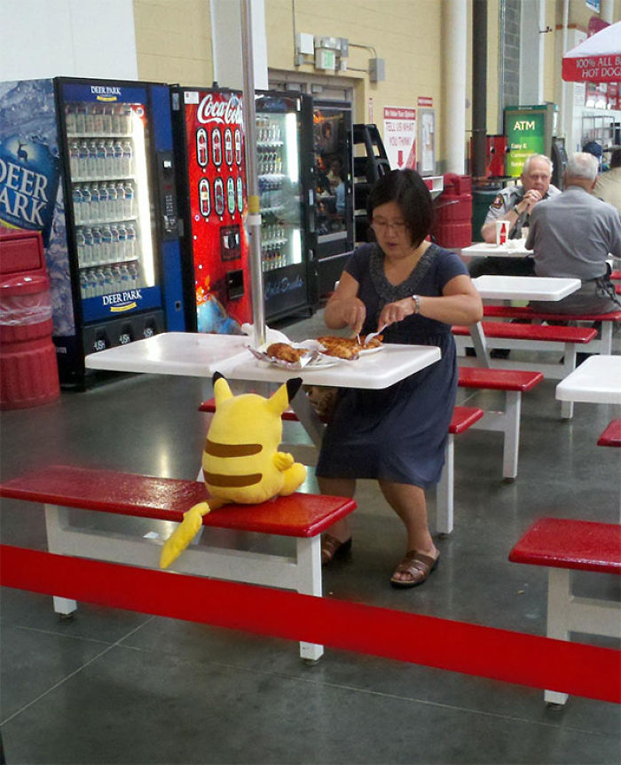 Levanto You My Costco Lady almorzando con Pikachu