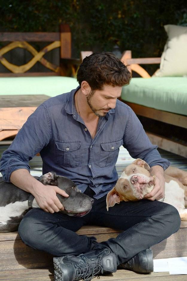 pitbull-lover-jon-bernthal-18-5b588e37169f7__700 Heartwarming Photos Of 'The Walking Dead' Star With His 3 Rescue Pit Bulls Will Melt Your Heart Design Random