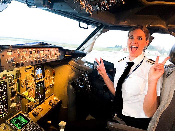 swedish female pilot sara johansson 1 5b446cc64f8bf  700 - Piloto sueca gata é sucesso no Instagram