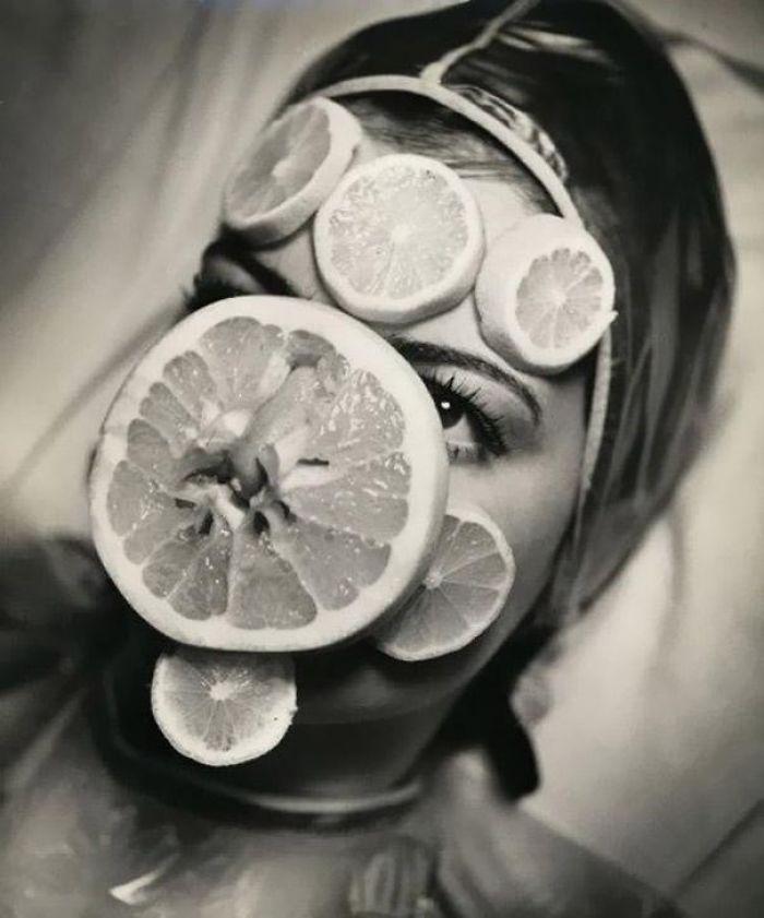 BjlwkH8g 9o png  700 - Coisas estranhas do passado a que as mulheres se sujeitaram em nome da beleza (Não se assuste!)