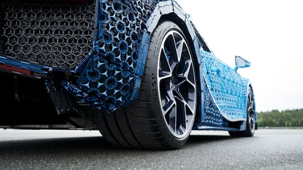 life-size-bugatti-chiron-lego10-5b88ec8554345__700 LEGO Builds Bugatti Chiron From 1,000,000+ LEGO Bricks, And This Test-Drive Video Shows Just How Epic It Truly Is Design Random