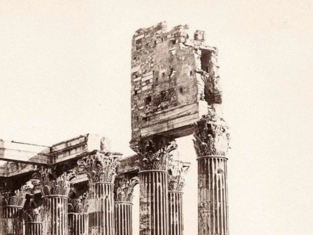 ancient-ruins-mystery-temple-olympian-zeus-athens-5ba35fad52d4c__700 Guy Notices Something Odd On Top Of Ancient Greek Temple In 1858 Photo, Makes Fascinating Discovery Design Random