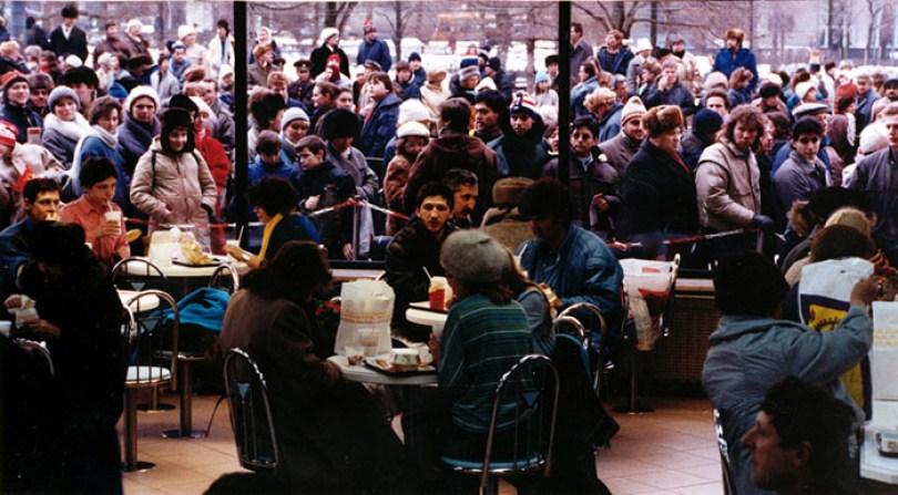 first mcdonald restaurant opens soviet union moscow russia 1900 31 5b963c961d390  700 - O primeiro McDonald's do Comunismo?