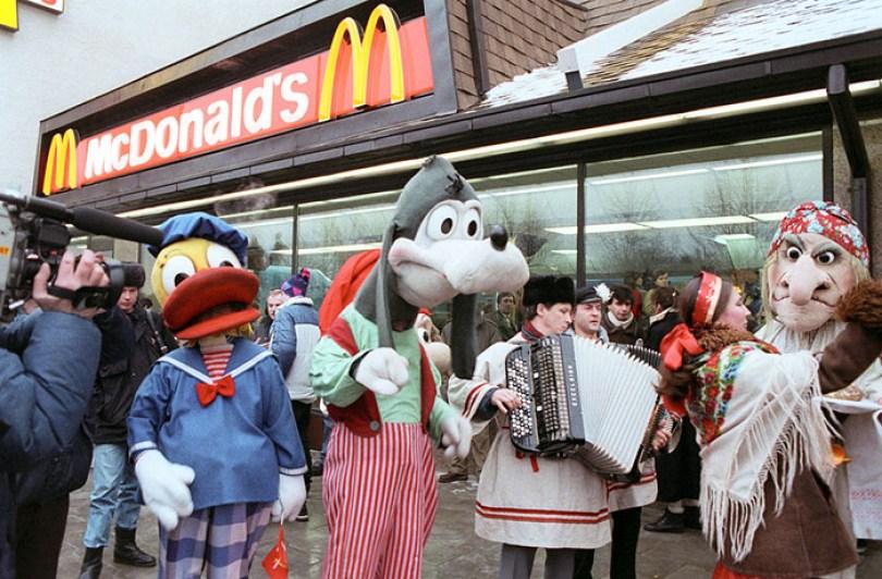 first mcdonald restaurant opens soviet union moscow russia 1900 46 5b963cb75245e  700 - O primeiro McDonald's do Comunismo?