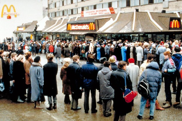 first-mcdonald-restaurant-opens-soviet-union-moscow-russia-1900-5b963dd825f06__700 The First McDonald's In Moscow Opened In 1990, And These 27 Pics Show How Insane It All Was Design Random