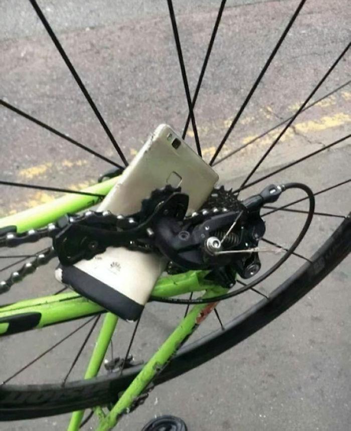 Esta persona dejó su teléfono en una cadena de bicicleta mientras montaba