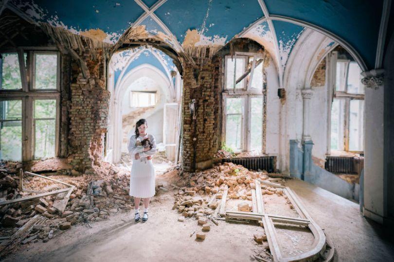 29 shots Edit Edit Edit 5bc8abc0e0b1d  880 - Fotógrafo tirou fotos da namorada em locais abandonados da Europa