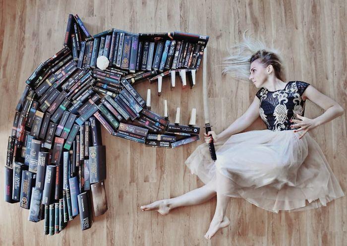 enamorada de los libros, este La mujer los usa para hacer verdaderas obras de arte