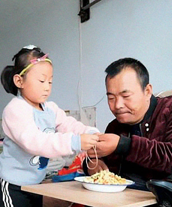 6-year-old-girl-jia-jia-help-paralysed-father-tian-haicheng-china-1-5bb46dc751ef7__605 Woman Abandons Family After Husband Gets Paralyzed, And The Way Their Little Girl Started Taking Care Of Him Is Incredible Design Random