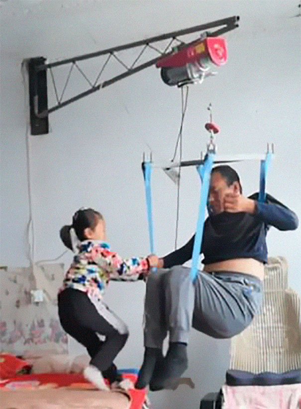 6-year-old-girl-jia-jia-help-paralysed-father-tian-haicheng-china-2-5bb46d8ea45c3__605 Woman Abandons Family After Husband Gets Paralyzed, And The Way Their Little Girl Started Taking Care Of Him Is Incredible Design Random