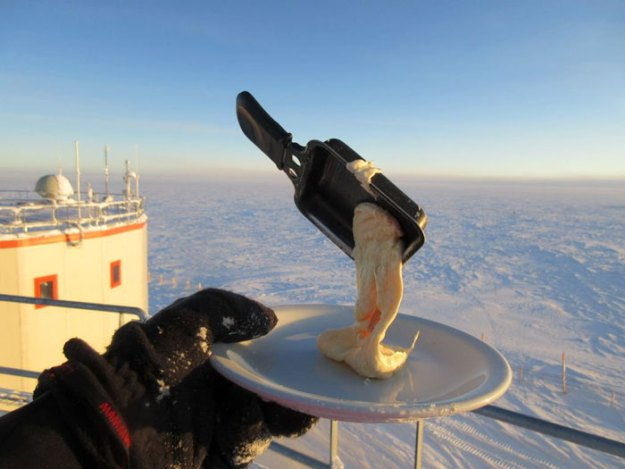 cooking-food-antarctica-cyprien-verseux2-5bbc51db32509__700 Astrobiologist Tries Cooking In Antarctica At -94ºF (-70ºC), And The Result Will Crack You Up Design Random