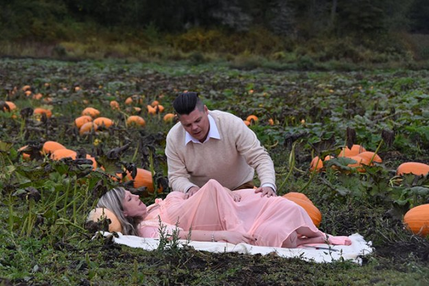 funny-maternity-photoshoot-alien-pumpkin-field-todd-cameron-li-carter-9-5bbdc4b5bff08__700 This Is The Most Terrifying Maternity Photo Shoot We've Ever Seen (WARNING: Some Images Might Be Too Brutal) Design Photography Random