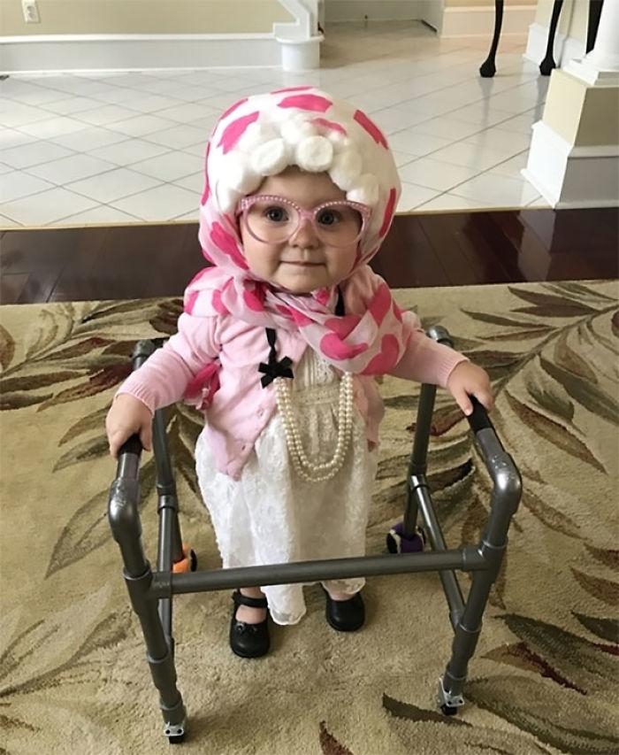 Nuestra hija, Claire, se disfrazó de abuela con una ropa estilo abuelita, una peluca hecha en casa, perlas y un caminante construido por papá. Claire camina bien sin ayuda, pero se lleva la mano junto con su caminante