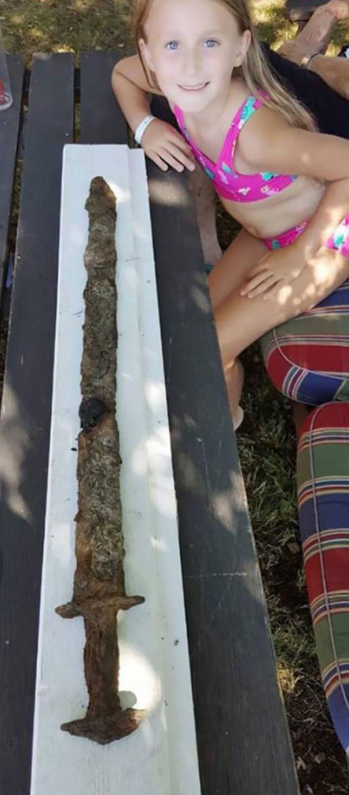 La saga de niñas de 8 años encontró una espada de la Edad del Hierro en el Lago Vidösten.