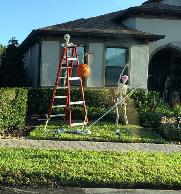 neighbors-house-halloween-decorations-skeletons-sami-campagnano-14-5bd2cf9350781__700 Girl Notices Her Neighbor's Halloween Skeletons Are Playing Out A New Scenario Every Day, And It's Hilarious Design Random