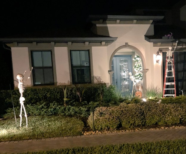 neighbors-house-halloween-decorations-skeletons-sami-campagnano-16-5bd2cf990814a__700 Girl Notices Her Neighbor's Halloween Skeletons Are Playing Out A New Scenario Every Day, And It's Hilarious Design Random