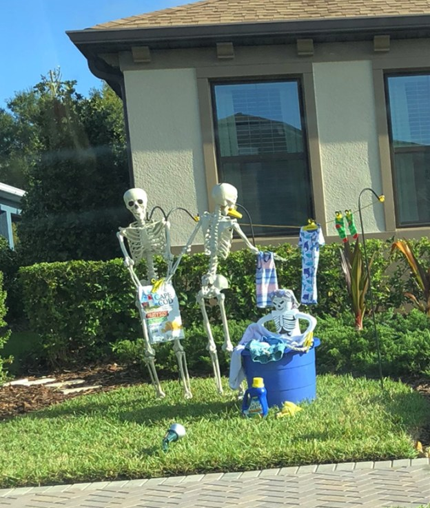 neighbors-house-halloween-decorations-skeletons-sami-campagnano-2-5bd2cf6eb7e51__700 Girl Notices Her Neighbor's Halloween Skeletons Are Playing Out A New Scenario Every Day, And It's Hilarious Design Random
