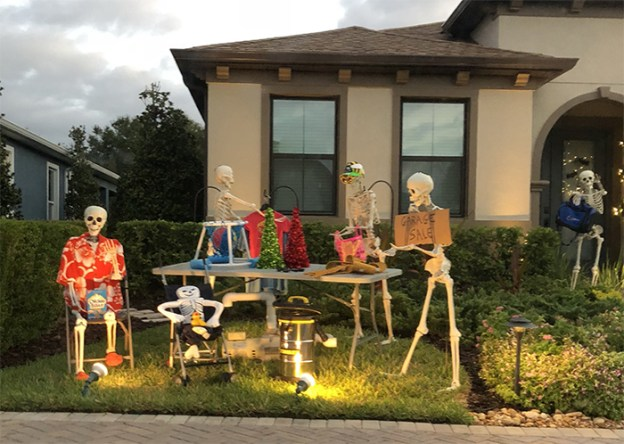 neighbors-house-halloween-decorations-skeletons-sami-campagnano-33-5bd6ecca82cb7__700 Girl Notices Her Neighbor's Halloween Skeletons Are Playing Out A New Scenario Every Day, And It's Hilarious Design Random