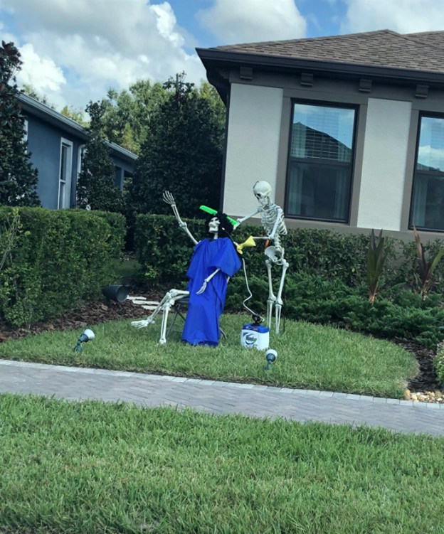 neighbors-house-halloween-decorations-skeletons-sami-campagnano-6-5bd2cf7b71cf0__700 Girl Notices Her Neighbor's Halloween Skeletons Are Playing Out A New Scenario Every Day, And It's Hilarious Design Random
