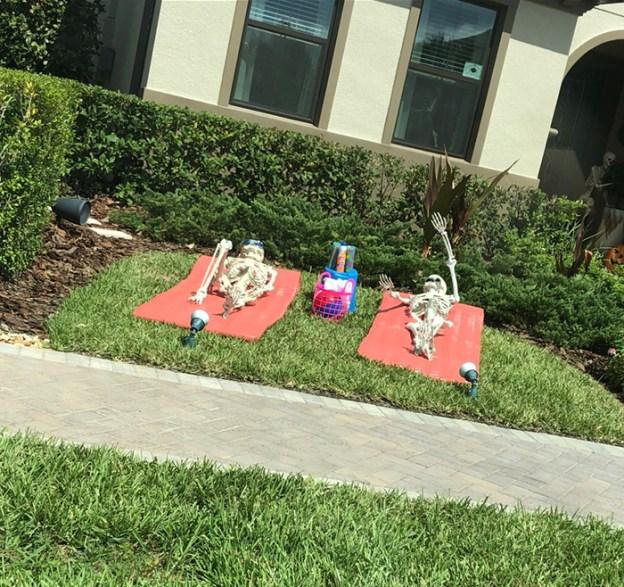 neighbors-house-halloween-decorations-skeletons-sami-campagnano-7-5bd2cf7e691da__700 Girl Notices Her Neighbor's Halloween Skeletons Are Playing Out A New Scenario Every Day, And It's Hilarious Design Random