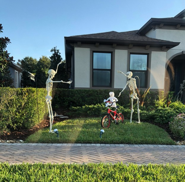 neighbors-house-halloween-decorations-skeletons-sami-campagnano-8-5bd2cf816fb70__700 Girl Notices Her Neighbor's Halloween Skeletons Are Playing Out A New Scenario Every Day, And It's Hilarious Design Random