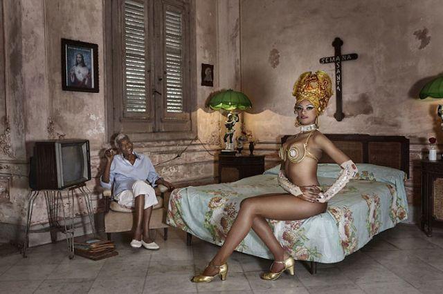 Joana, bailarina en Tropicana, sentada junto a su abuela, Cuba (Fascinating faces and characters)