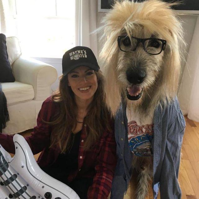 Perro y dueña disfrazados de El Mundo de Wayne en Halloween