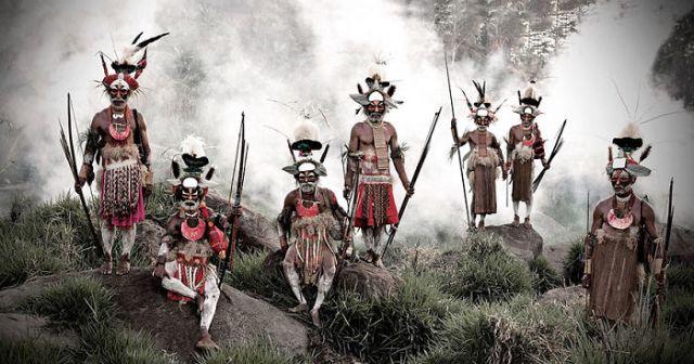 Tribu Likekaipia en el pueblo de Ponowi, Montañas Jalibu, Papua Nueva Guinea