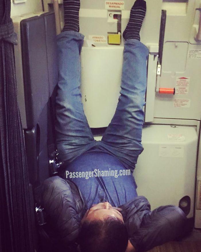"""El tipo es pateado en un auxiliar de vuelo Jumpseat con las piernas apoyadas en la puerta A todos les gusta """"Come on Weekend"""""""