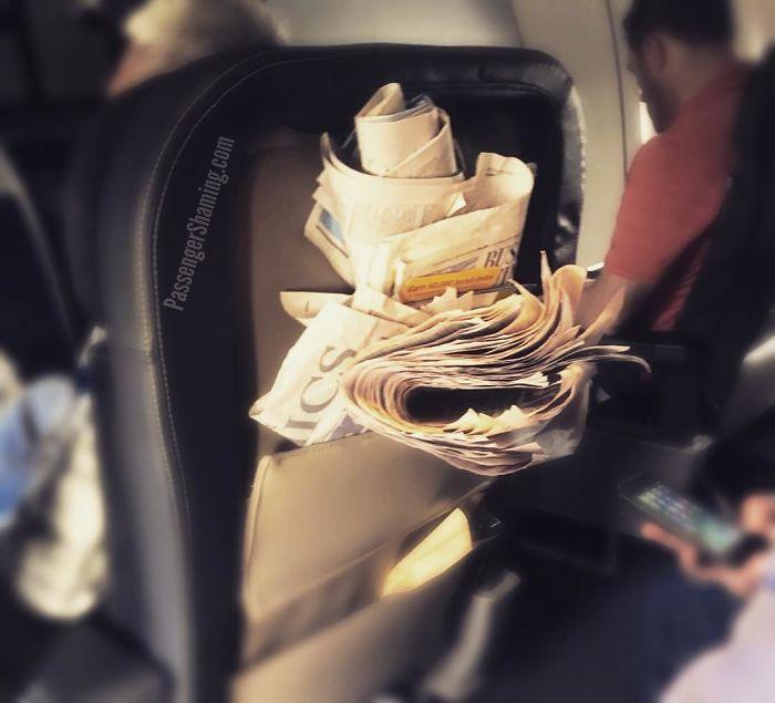 Este sombrero A ** está evidentemente terminado de leer, y no entiende por qué los asistentes de vuelo caminan por la cabina con bolsas de basura ...