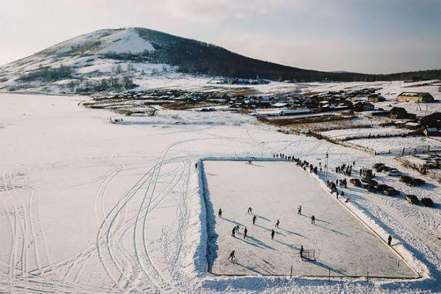 Hockey sobre hielo rural en Rusia, por Maksim Tarasov