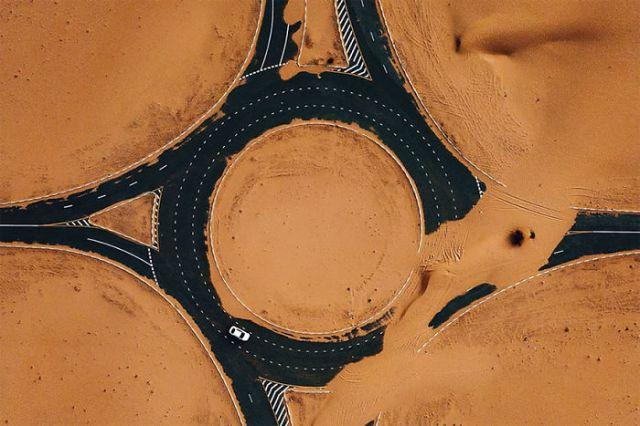 La infame carretera del desierto en Dubai, por Whosane