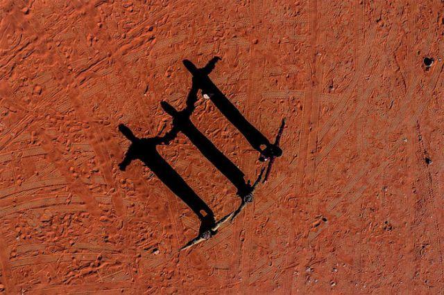 3 figuras en el desierto de Jordania, por Kolibik-foto