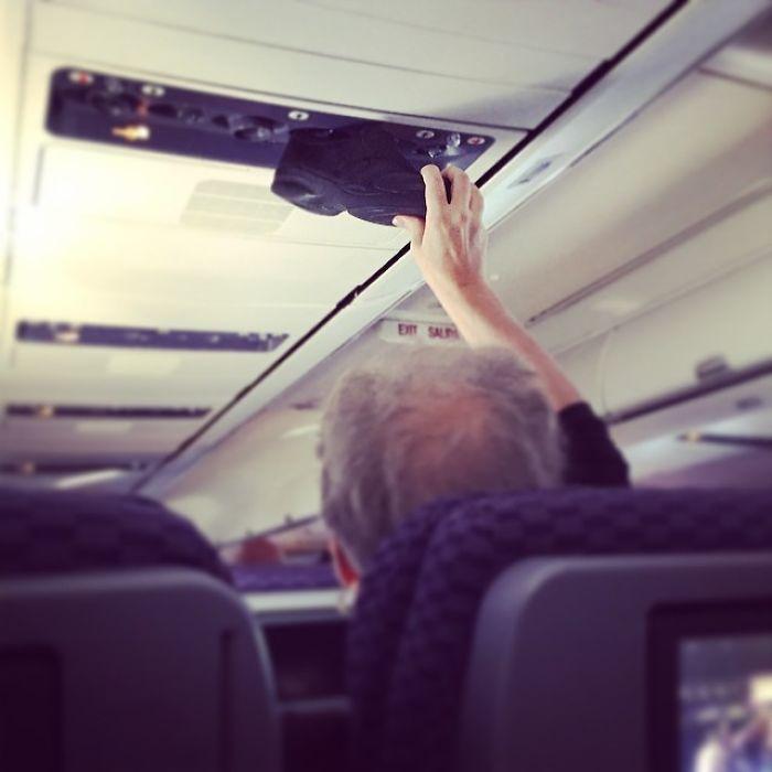 A veces Solo necesita ventilar su zapato sudoroso, en un avión, en una cabina cerrada, con aire recirculado, donde la gente está comiendo