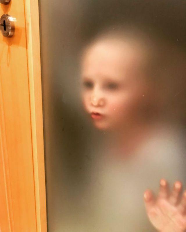 El piso de Airbnb tiene esta puerta en el baño y mi hijo diminuto estaba aguardando impaciente a que saliera
