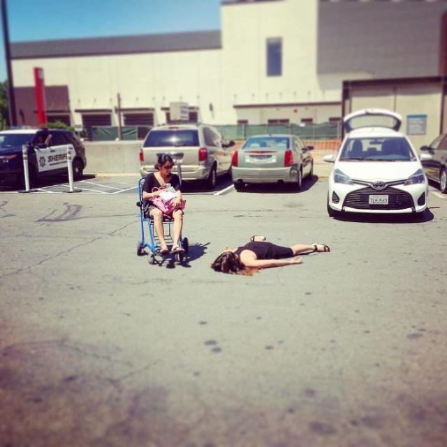 Mientras empujaba la silla de ruedas de su amiga