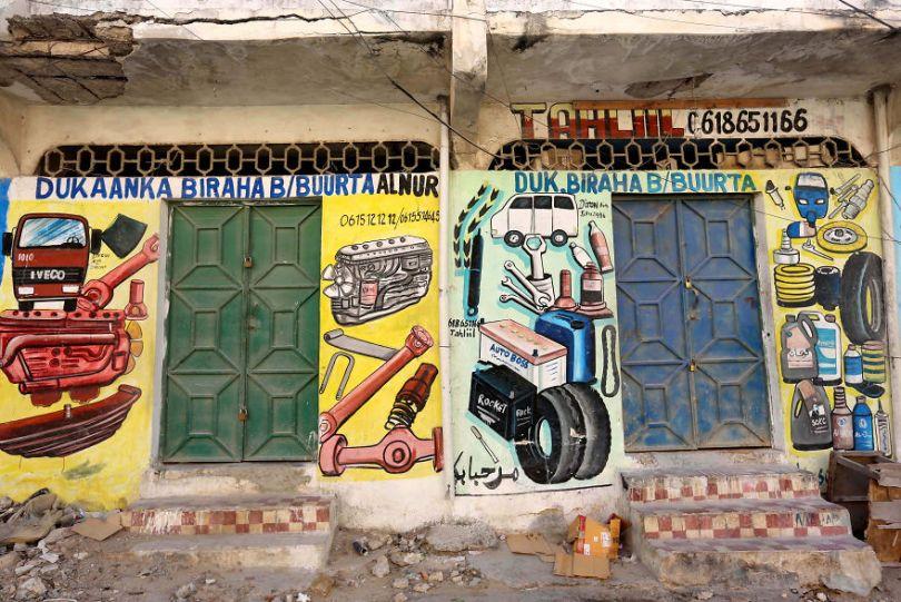 somalia hand painted storefronts 13 5cf4d763146d9  880 - Você Sabia? Vitrines na Somália tem que ter desenhos