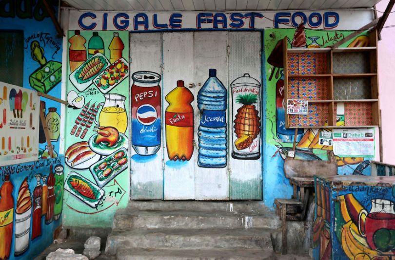 somalia hand painted storefronts 14 5cf4d6d960b9b  880 - Você Sabia? Vitrines na Somália tem que ter desenhos